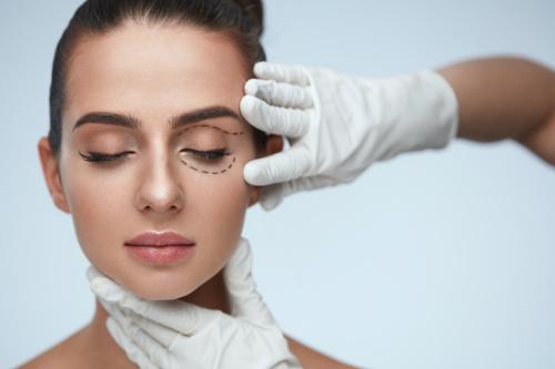 Femme aux yeux fermés pour procéder aux préparatifs de l'opération de blépharoplastie