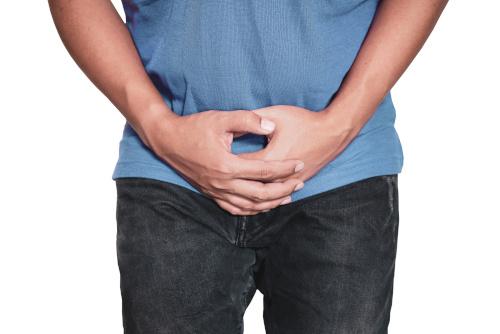 Photo d'un homme en jean se cachant le sexe pour illustrer la pénoplastie