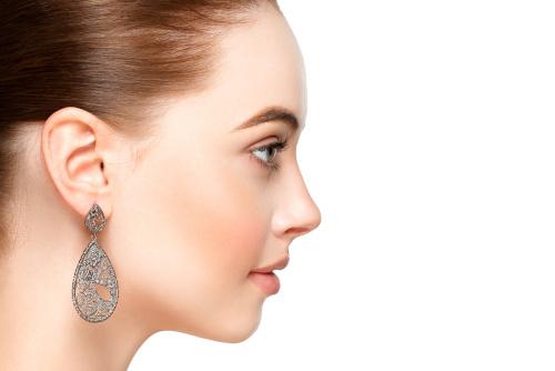 Visage d'une femme vue de profil après une profiloplastie
